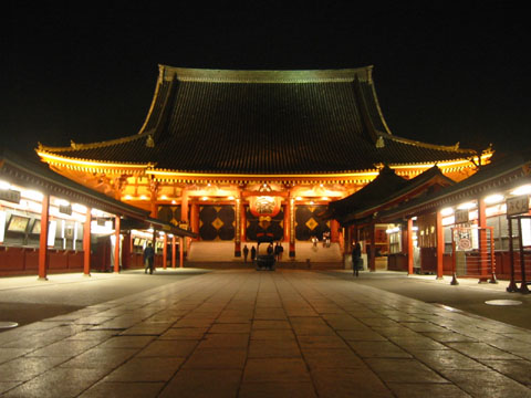 ライトアップされる浅草寺